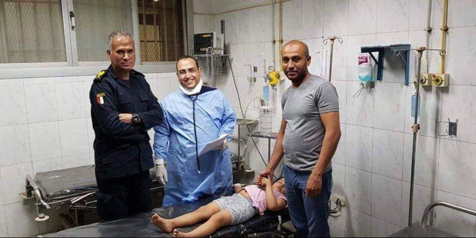 طبيب بمستشفي أسيوط يكشف شهامة لواء شرطة أنقذ طفلة من لدغة عقرب وقت الحظر (صور)