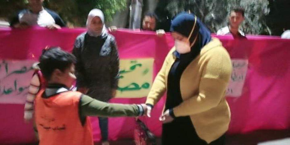 أهالى قرية بالدقهلية يستقبلون ممرضة بالورود بعد تعافيها من كورونا