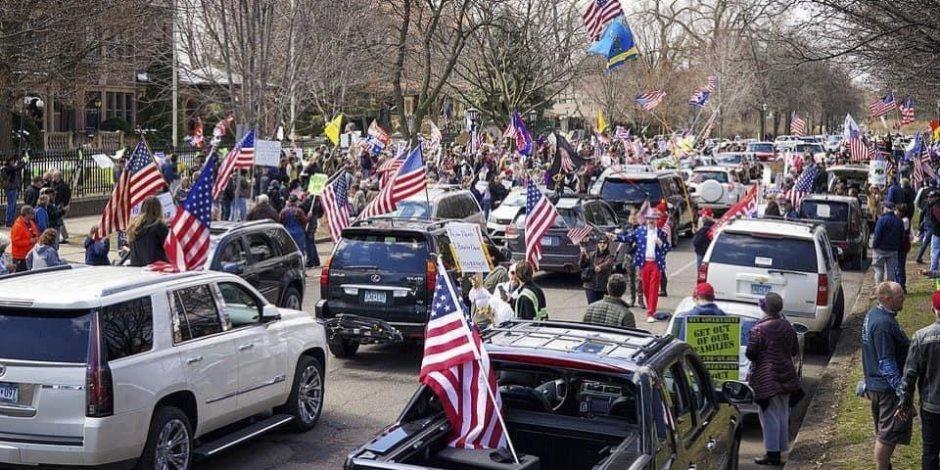 ترامب لا يأبه بحياة مواطنيه.. مظاهرات بولايات الديمقراطيين بعد دعوة الرئيس الأمريكي لعودة الحركة