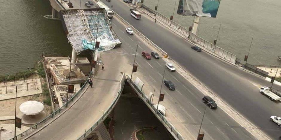 المرور يزيل «بانر إعلاني» سقط على سيارة بسبب سوء الأحوال الجوية في المعادي (صور)