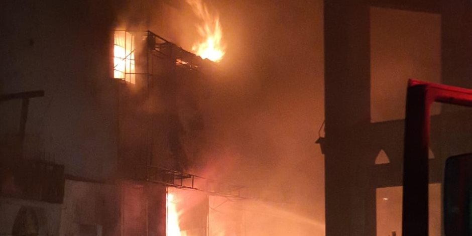 نشوب حريق فى مصنع الهلال والنجمة بالعاشر من رمضان.. صور