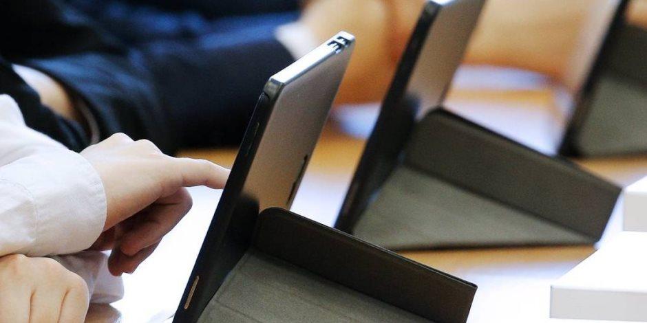 طلاب أولى ثانوي يبدأون امتحان الفلسفة والفيزياء إلكترونيا في 15 محافظة