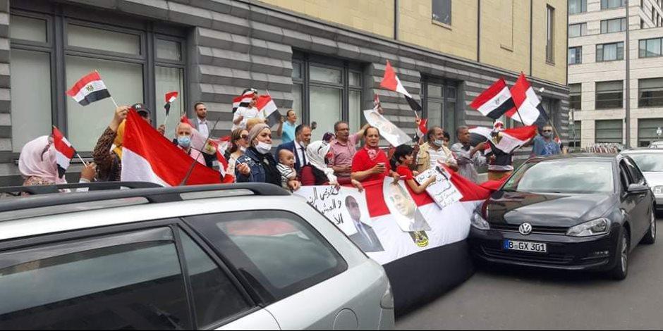 الجالية المصرية بألمانيا تحتشد أمام السفارة ببرلين احتفالا بذكرى 30 يونيو..صور