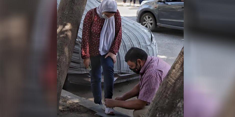 """الأب بطل صورة ربط حذاء ابنته يروي التفاصيل لـ""""صوت الأمة"""": هذه رسالتي لكل الأباء"""