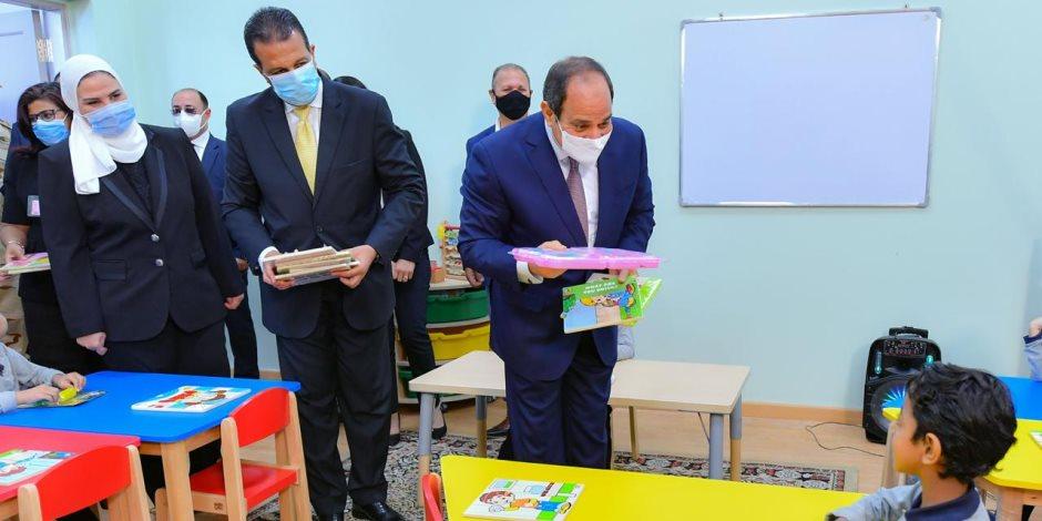 السيسي يداعب أطفال الأسمرات ويهديهم الألعاب.. وأحدهم يلقى قصيدة فى حب الوطن