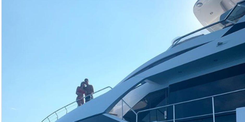 جورجينا بملابس مثيرة بصحبة كريستيانو رونالدو على يخت ضخم في عرض البحر (صور)