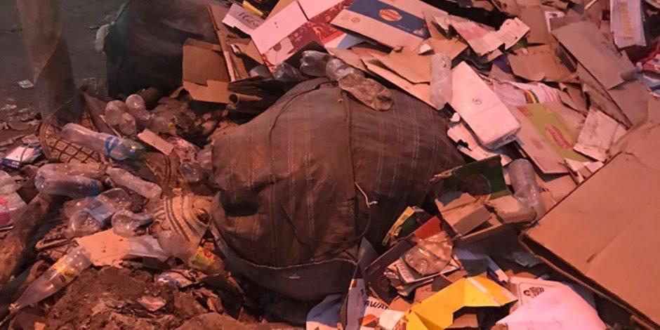 القمامة تتراكم في وسط مدينة أدفو.. ومواطنون يتسألون «أين رئيس المدينة؟»