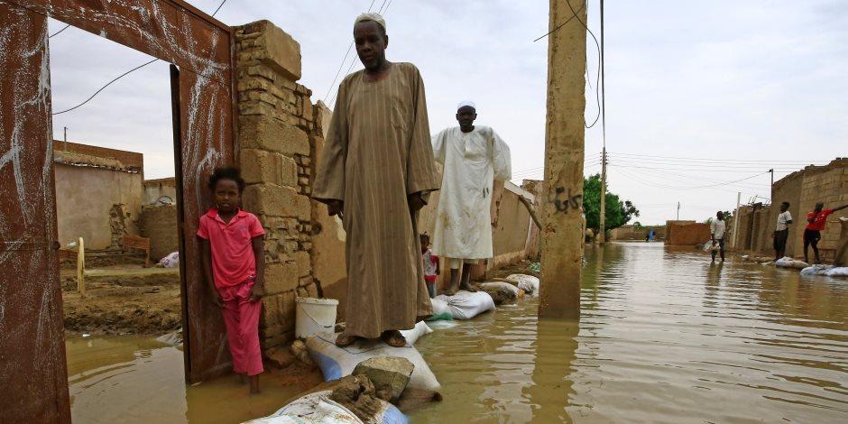 يتخذون المدارس كمأوى.. السودانيون يعانون بسبب السيول