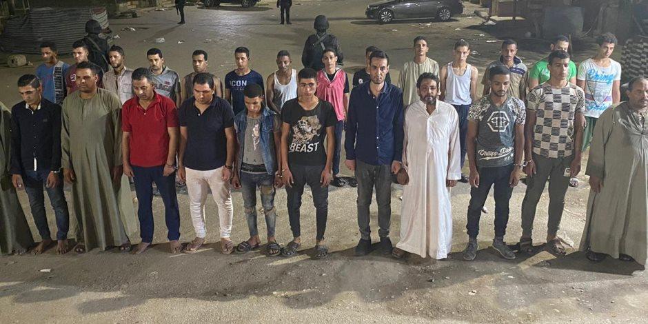 فيديو.. ضبط عناصر مشاغبة حاولت التعدى على سيارة شرطة بقرية أبو رجوان بالبدرشين