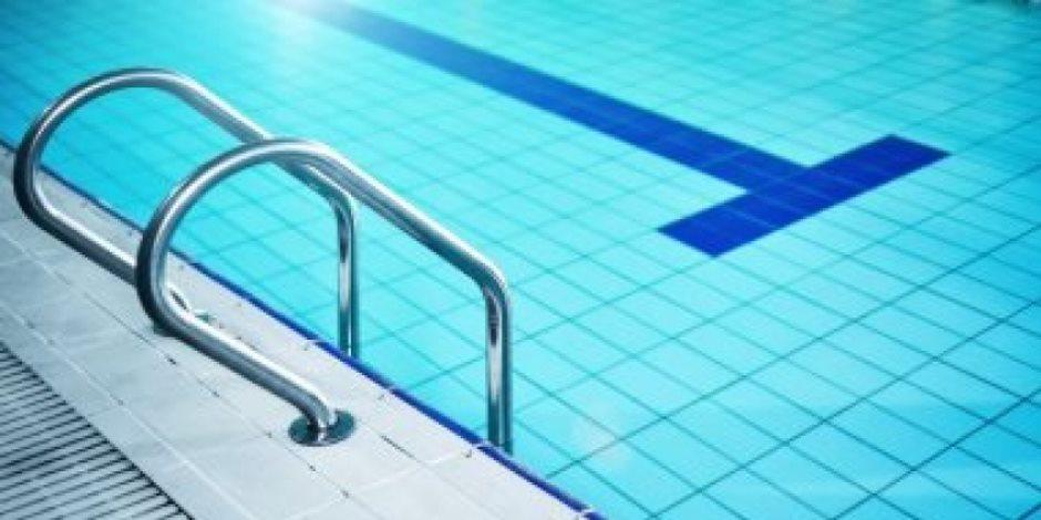 كيف تقلل من خطر الإصابة بـ COVID-19 على الشاطئ أو حمام السباحة