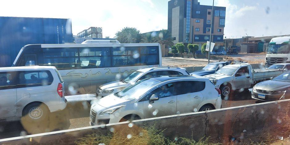 أمطار غزيرة غرب الاسكندرية.. وشلل على الطريق الصحراوي (صور)
