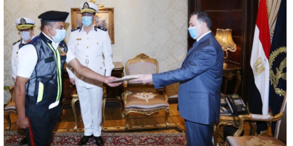 وزير الداخلية يكرم أمين الشرطة بطل واقعة «طفل المرور» لحسن تصرفه (صور)