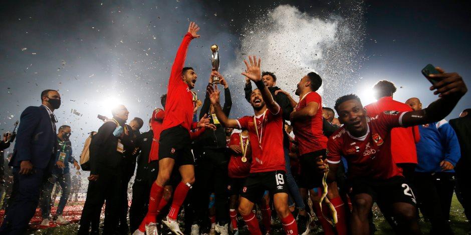 شاهد.. الأهلى يستلم كأس البطولة الأفريقية بعد الفوز على الزمالك