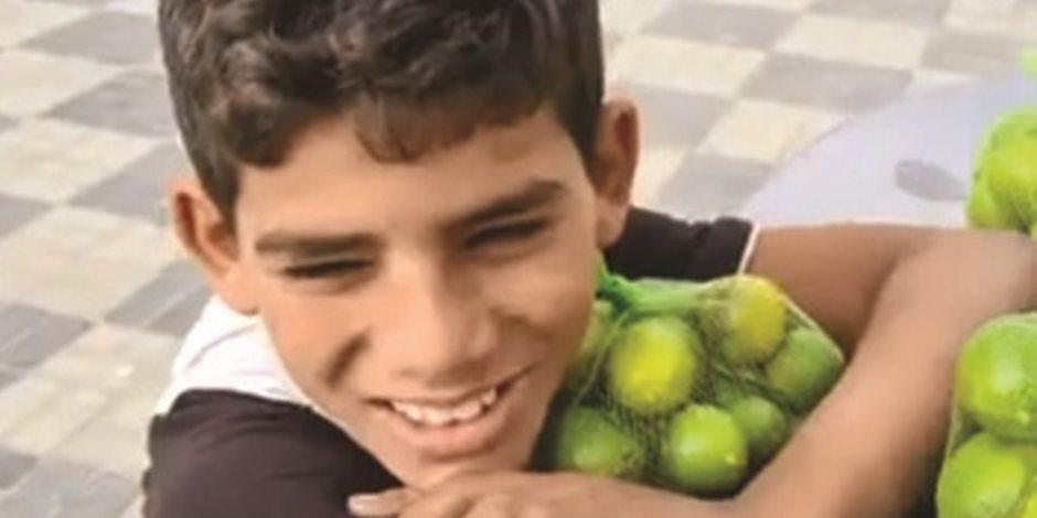 حقيقة رواية الطفل بائع الليمون.. والديه على قيد الحياة وشغله جده بالأجرة
