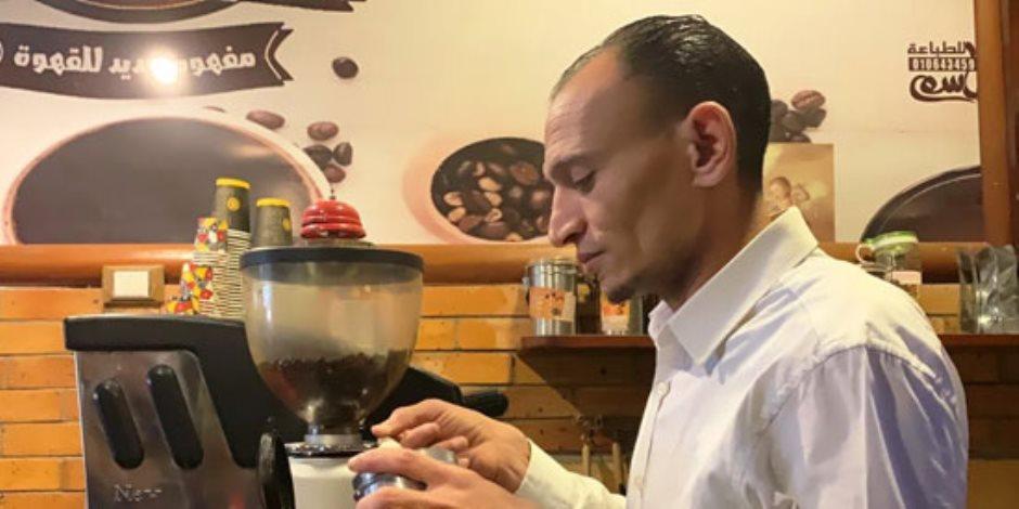 """قرض بـ250 ألف جنيه يحول حياة موظف صغير.. """"عفيفي"""" صاحب أشهر محل لصناعة القهوة في الغردقة"""