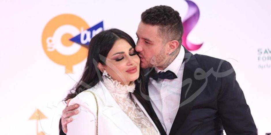 قبلة أحمد الفيشاوي لزوجته تخطف أنظار افتتاح مهرجان القاهرة (صور)