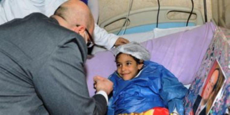 """محافظ بنى سويف يسلم الطفلة """"شروق"""" هدية نيابة عن الرئيس السيسى (صور)"""