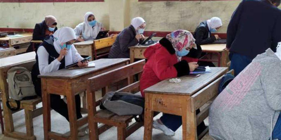 تداول الامتحان التجريبي للصف الأول الثانوي بأجهزة التابلت لمادة اللغة العربية (صور)