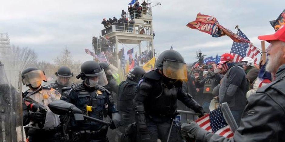 """تواجد متطرفين بصفوف الشرطة الأمريكية يثير رعب واشنطن.. وتورط بعضهم في اقتحام """"الكابيتول"""""""
