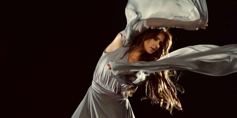 في أحدث جلسة تصوير.. نيللي كريم تستعرض لياقتها فوق النيران (صور)