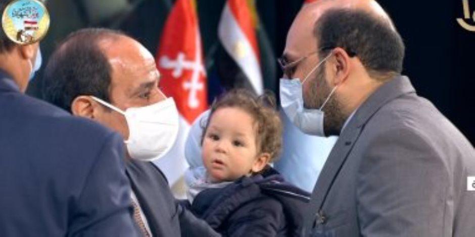 الرئيس السيسي يكرم طبيب فقد بصره أثناء مواجهة كورونا