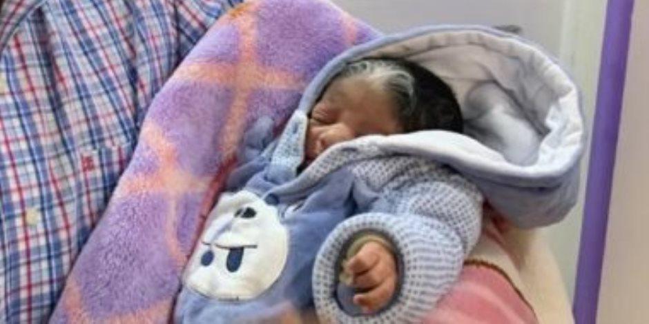 «مولودة بشعر أبيض».. طبيب يكشف تفاصيل أغرب حالة ولادة في الأقصر