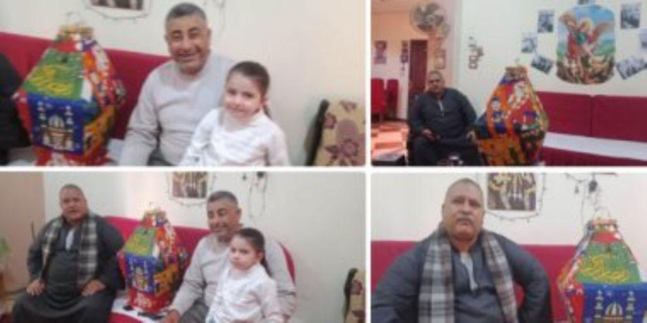 """يحدث في مصر فقط.. """"ريمون"""" يوزع فوانيس رمضان بشوارع المنيا كل عام"""