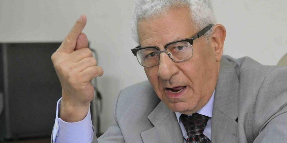 وصول كرم جبر وضياء رشوان لأداء صلاة الجنازة على جثمان مكرم محمد أحمد
