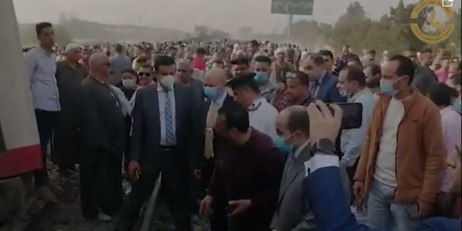 شاهد.. فريق النيابة العامة يعاين موقع حادث قطار طوخ (فيديو)