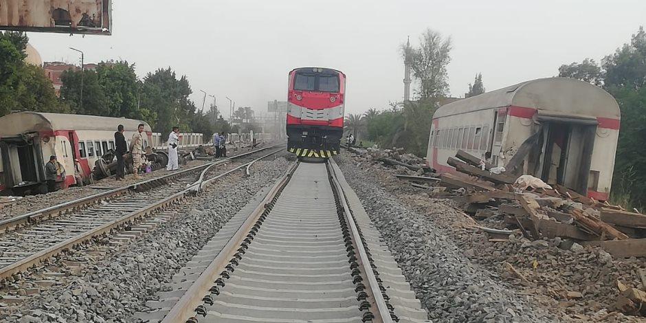 """الحياة تعود لخط """"القاهرة - بنها"""".. استبدال الشريط القديم بآخر جديد.. ومرور القطارات بموقع الحادث"""