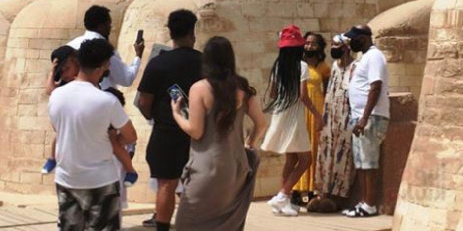 الأمريكية جلوريا فيتال تلتقط صورا تذكارية مع أسرتها أمام أبو الهول
