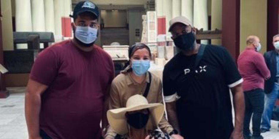 محاربة السرطان تزور المتحف المصري.. تنسيقية الأحزاب تصطحب السيدة الأمريكية.. وأسرتها تتناول الكعك المصري