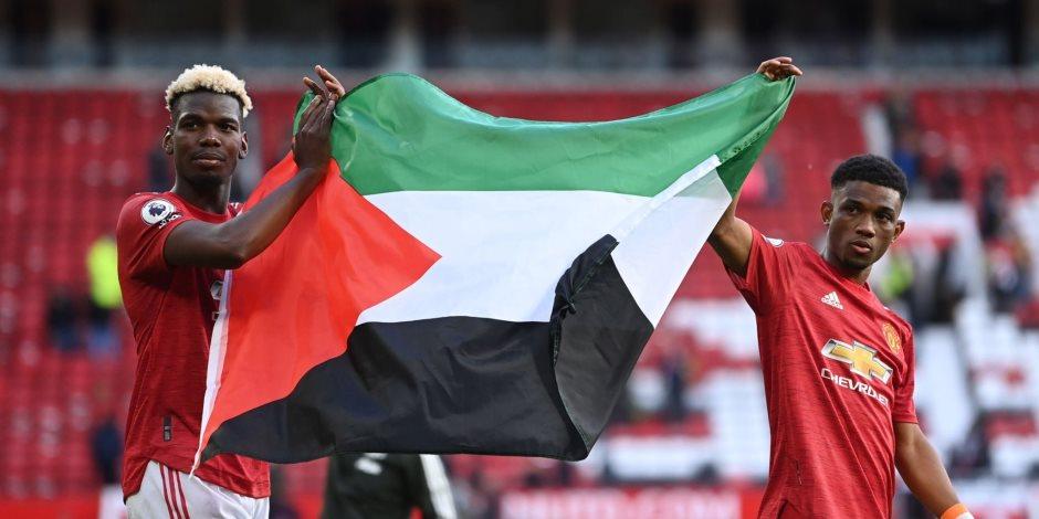 بوجبا بصحبة ديالو يرفعان علم فلسطين فى قلعة أولد ترافورد.. فيديو