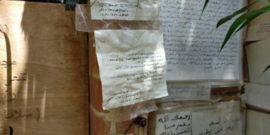 رسائل المحبين تزين ضريح أحمد خالد توفيق فى ذكرى ميلاده الـ59 (صور)