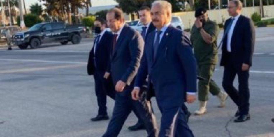 بتوجيهات من السيسي.. رئيس المخابرات العامة يلتقي المشير حفتر في بنغازي