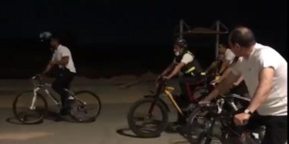 الرئيس الإنسان.. يقود دراجته وسط عدد من المواطنين.. ويجري حوارا مع مجند للتعرف على أحواله