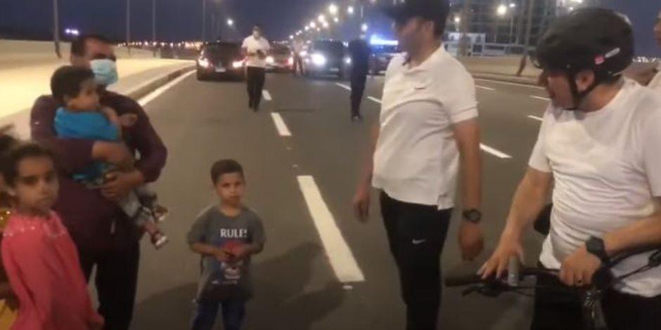 الرئيس الأب.. السيسي يتحدث مع أحد المواطنين وأولاده في العلمين