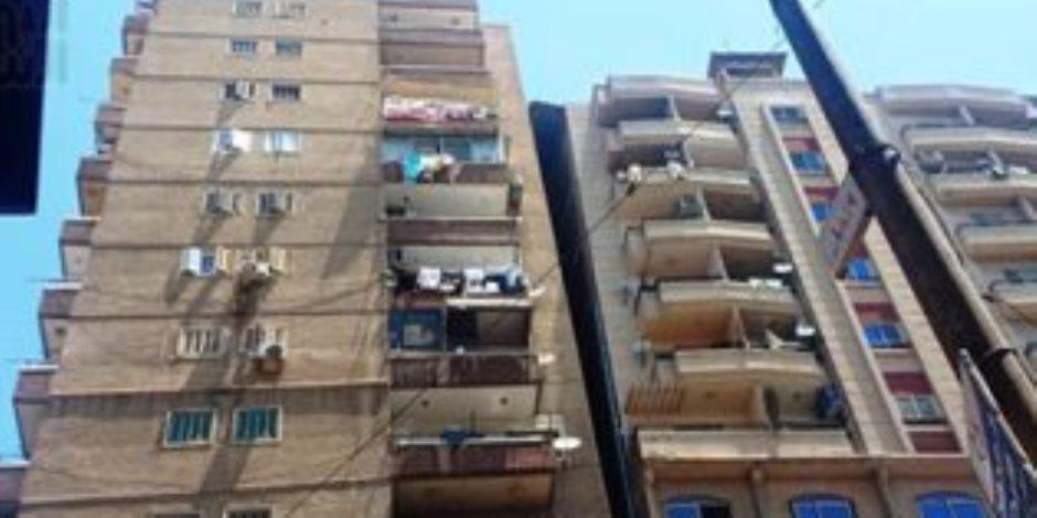 البدء في إزالة 10 أدوار كاملة من عقار الأنفوشي المائل بالإسكندرية (صور)