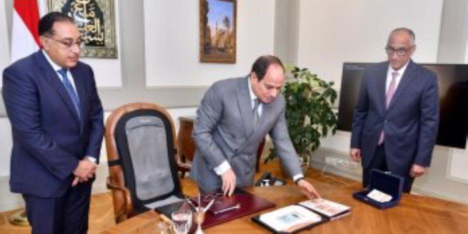 تفاصيل لقاء السيسي مع «مدبولي وطارق عامر».. عينات البنكنوت الجديد في يد الرئيس