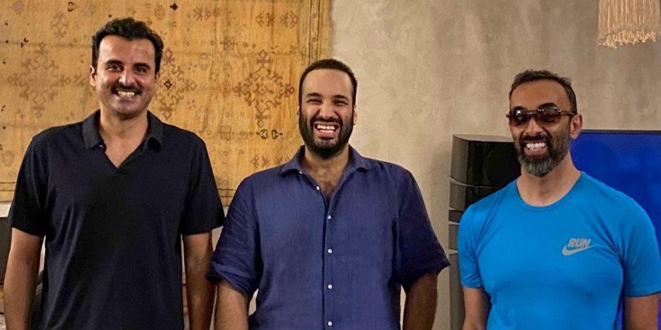 صورة ودية وأجواء هادئة.. لقاء بين محمد بن سلمان وتميم بن حمد ومستشار الأمن الوطني في الإمارات