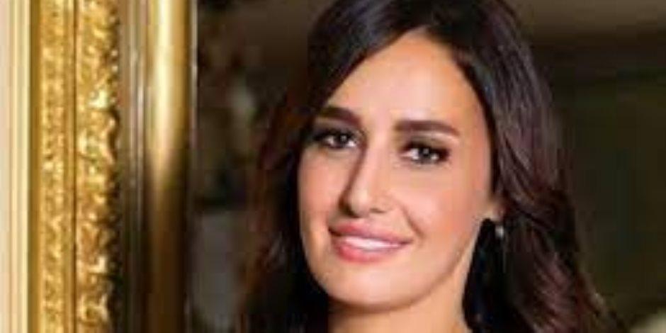 """حلا شيحة تتصدر التريند.. ووالدها يثير الجدل حول خلعها الحجاب من جديد """"صور"""""""