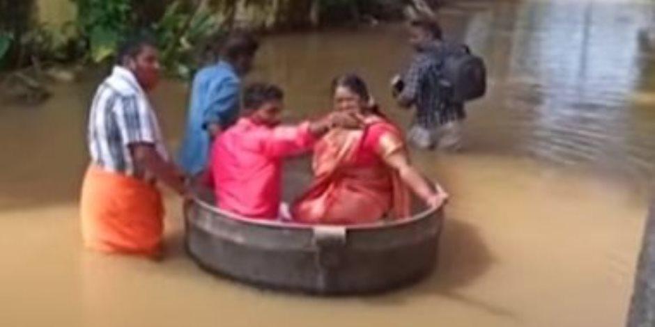 عروسان يستقلان إناء طهى عملاق للوصول إلى مقر زفافهما في الهند (فيديو)