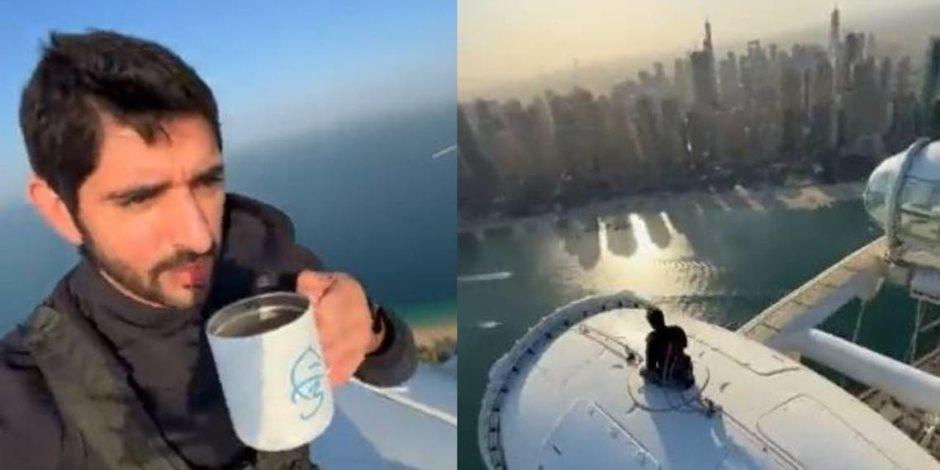 """فيديو يحبس الأنفاس فوق """"عين دبي"""".. ولي عهد دبي في مغامرة مثيرة على ارتفاع 250 مترا"""