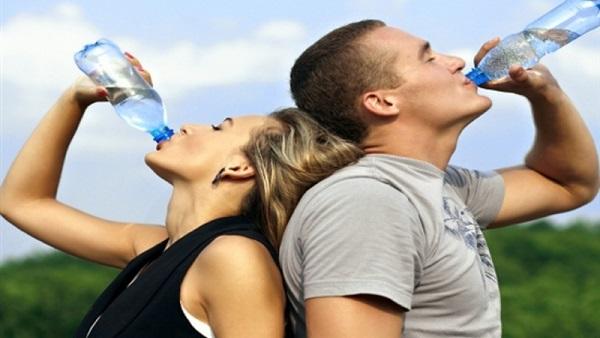 خبراء بريطانيون: الإفراط في شرب الماء ليس مفيدا للصحة