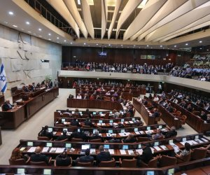 الكنيست يواصل «عربدته التشريعية»: قانون جديد لطرد عائلات شهداء فلسطين