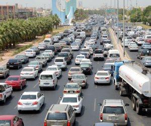 زحام مروري إثر حادث إنقلاب سيارة ملاكي أعلى ميدان محمد زكي بالتجمع