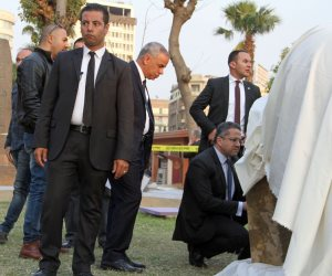 «العناني» يتفحص تمثال المطرية في ساحة متحف التحرير
