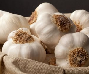 4 أطعمة تحميك من تصلب الشرايين أهمهم الثوم والرمان