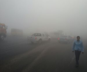 غلق طريق الإسكندرية الصحراوى بسبب الشبورة .. وانتشار الخدمات المرورية