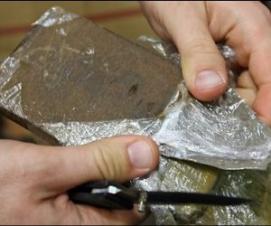 ضبط تاجر مخدرات بحوزته 10 كيلو بانجو ورشاش آلي بقنا